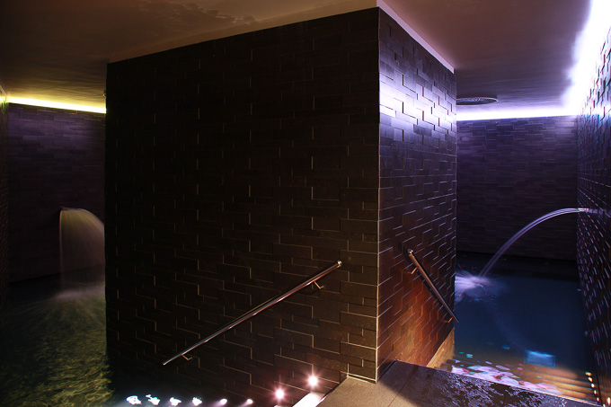 interior image of two joint sunken rooms, waterfalls, water jets and hydro-massage seats at Hotel Lone