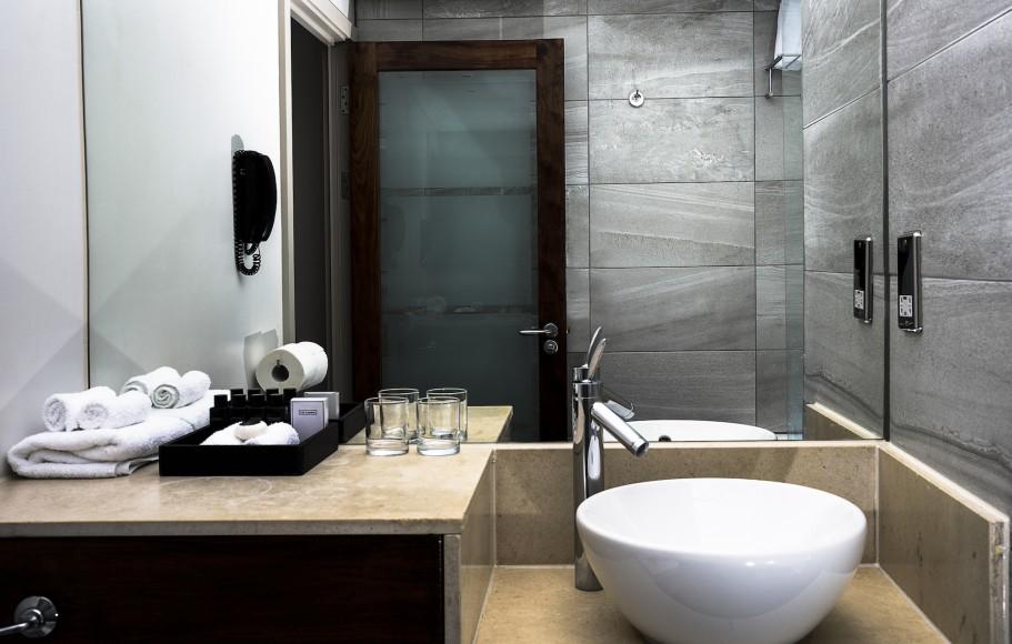 Embassy Suite bathroom